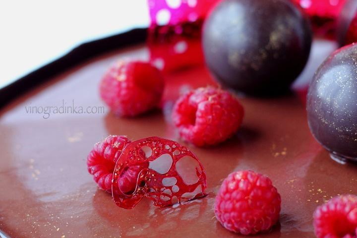 красный изомальт на торте
