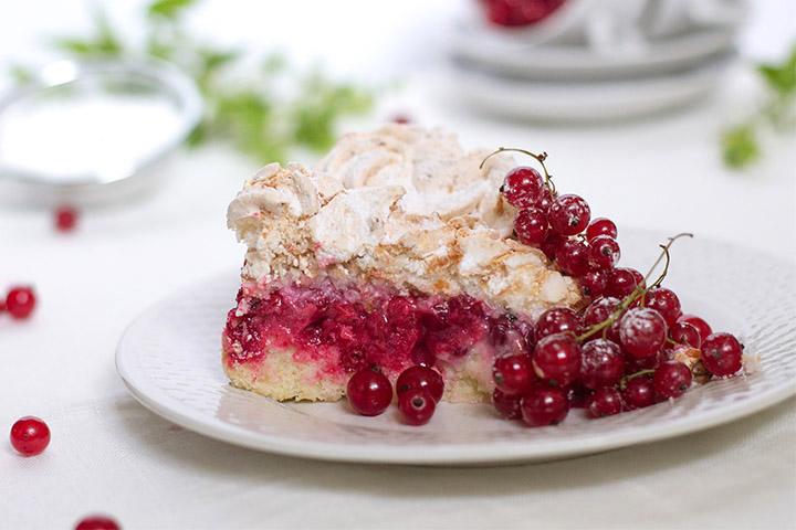 кусочек пирога с ягодами