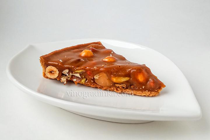 тарт с орехами и солёной карамелью